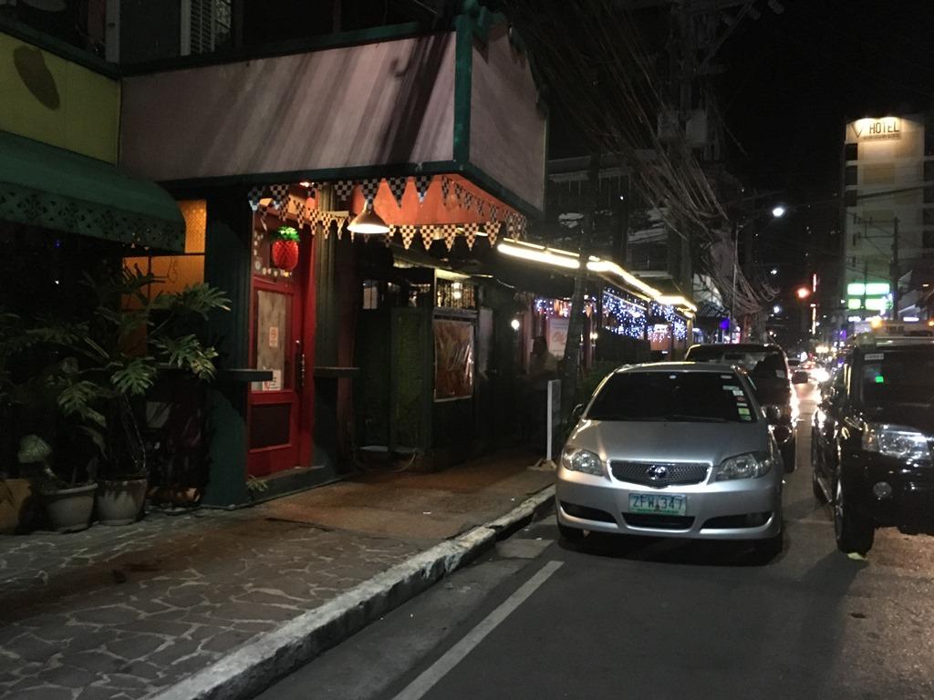 マニラ マラテのレストラン前でスリに会う。治安悪い