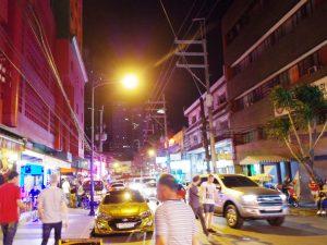ブルゴス通りにはたくさんの飲食店やバーが並ぶ マニラの人気夜遊びスポット