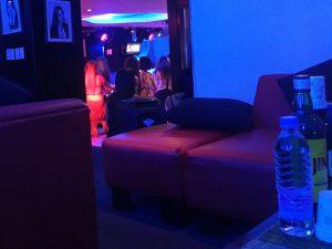 マニラのKTVは夜遊びスポット 女性との会話、カラオケ、お酒を楽しむ