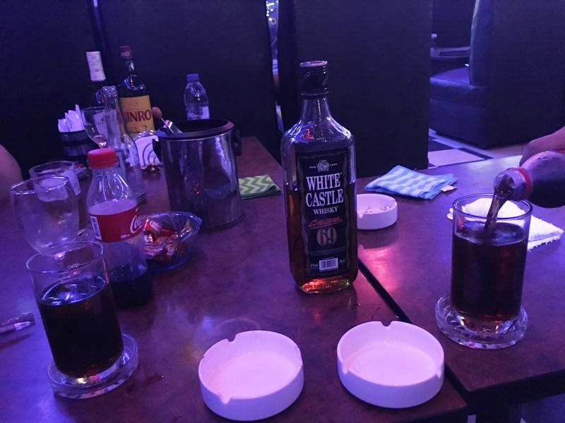 マニラ夜遊び KTV ジェルス テーブルの上の写真