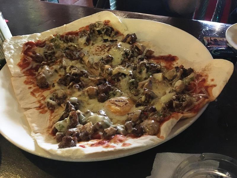 LAカフェのおすすめメニュー「シシグピザ」 具が大き目