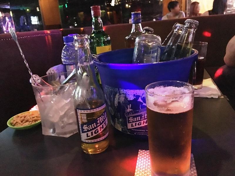 マニラ KTV 夜遊び「アップステージ UPSTAGE」のテーブル上の写真