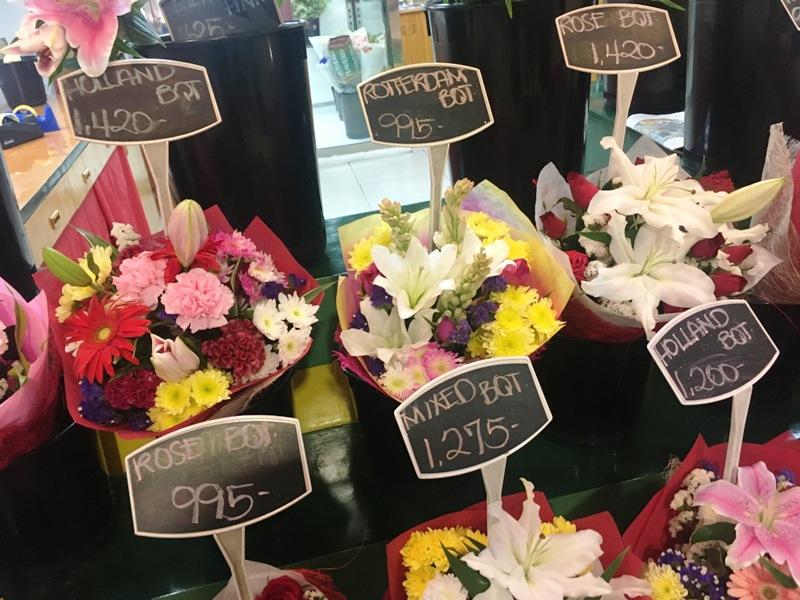 マニラの花屋で花束を選ぶ