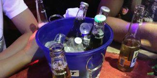 LAカフェでビールを飲み、夜遊び会議