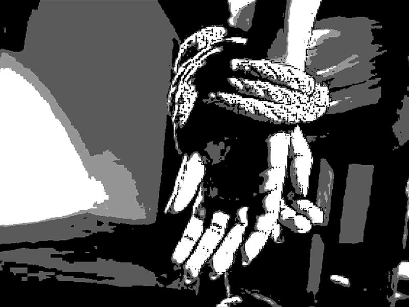 椅子に拘束されたフィリピーナ