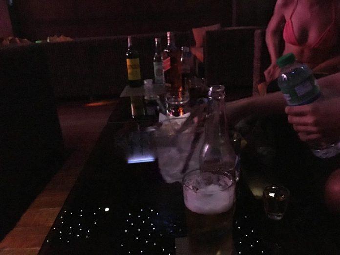 マニラ夜遊び KTV「カイ Kai Lounge」 女性の接客 水着