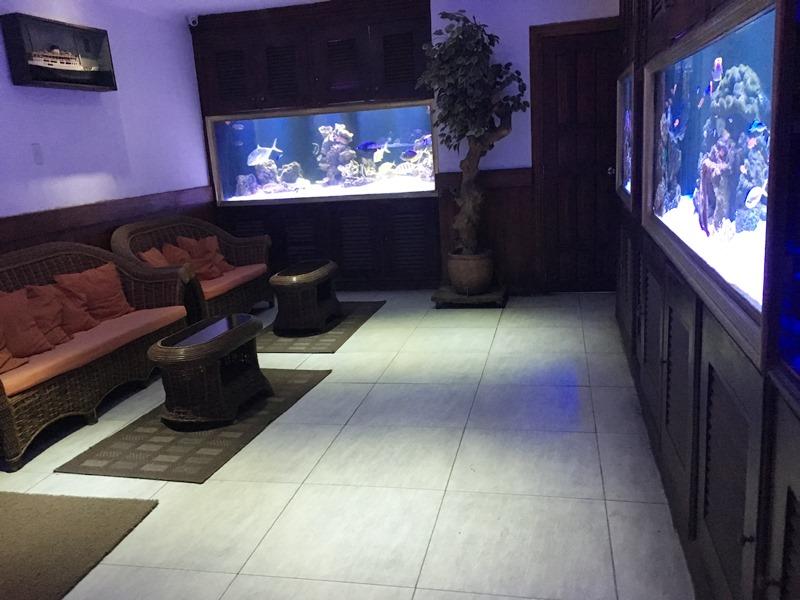 マニラ夜遊び KTV「カイ Kai Lounge」 エントランス内の水槽写真
