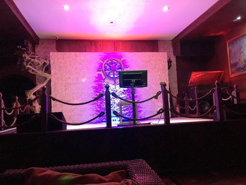 マニラ夜遊び KTV「カイ Kai Lounge」 ダイニングのカラオケステージ