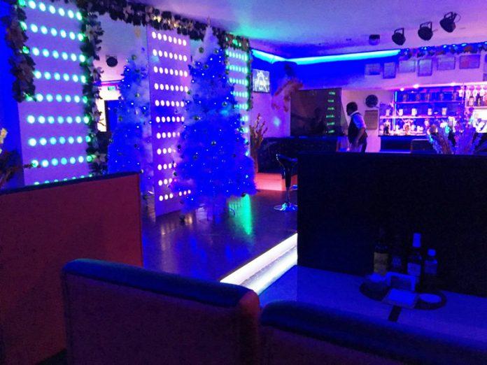 【夜遊び】エルミタのおすすめ格安KTV「アトリエ ATELIER」 ダイニング ステージ