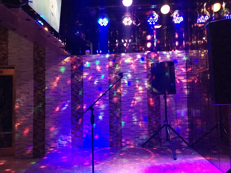 【夜遊び】マニラの高級KTV『Premier Junko プレミア順子』 マカティ ダイニング カラオケステージ