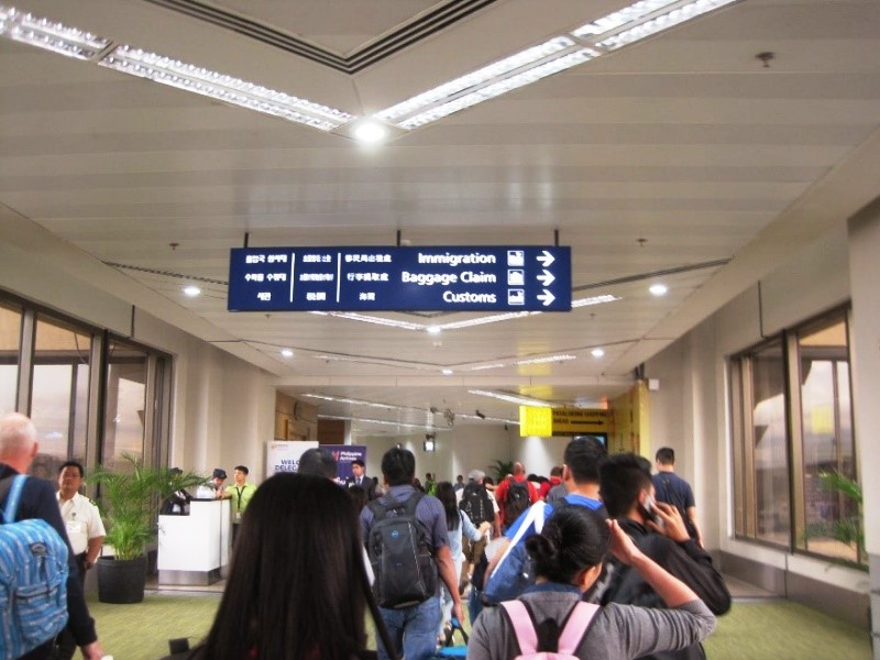 マニラ空港 到着ロビーから入国審査に向かう途中